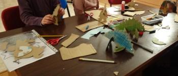 Taller de juguetes de cartón en Sarón