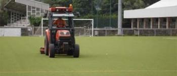 El Ayuntamiento de Santa María de Cayón lleva a cabo labores de arreglo y mantenimiento del campo de fútbol hierba artificial