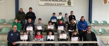 El Ayuntamiento de Santa María de Cayón entrega los diplomas del Taller de Bolos para niños y niñas de 8 a 14 años.